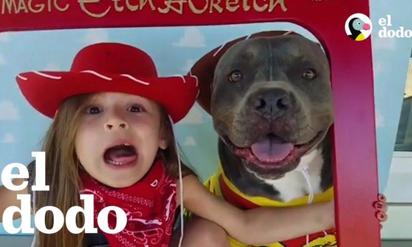 A esta niña le encanta cantarle a su mejor amigo, un pitbull