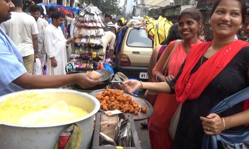 People Enjoying Kolkata ka Delicious Masala Muri / Dal Pakoda / Dahi Vada   Street Food India