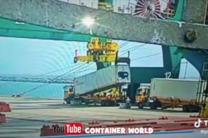 Spreader failure - Near Death Captured on security camera in African Port
