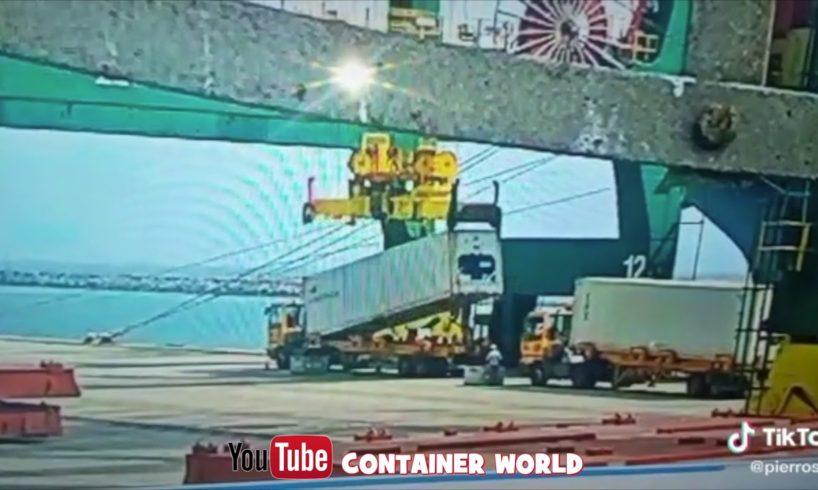 Spreader failure - Near Death Captured on security camera in African Port